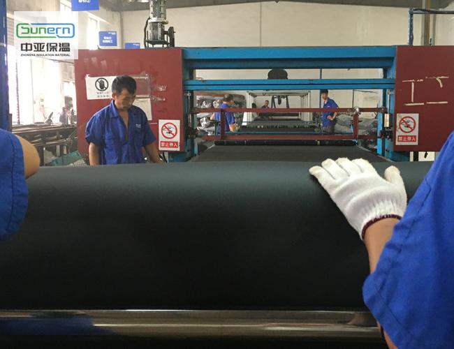 工人生产风管橡塑保温板