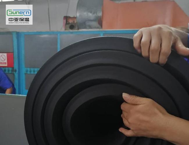 工人打包橡塑保温板